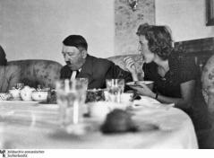 Hitler und Eva Braun beim Essen im Teehaus (Kehlstein) auf dem Obersalzberg